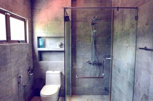Bathroom 2, Level 2